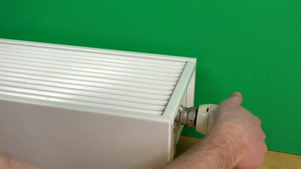 arme Mann männlich zu erhöhen, kühler Temperatur und warme Hände drauf.