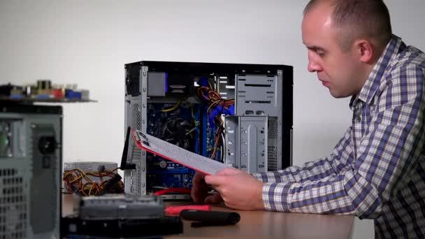 professionelle Computer-Service-Spezialist Mann installieren RAM-Speicher