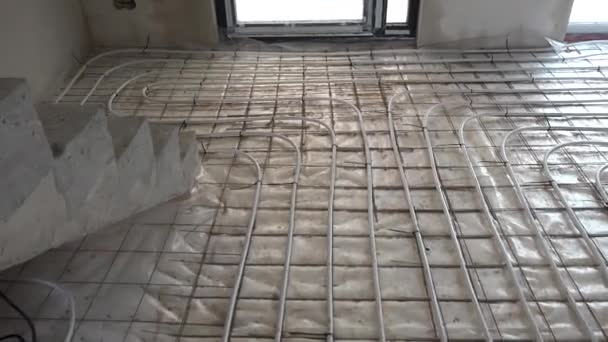 Rohre der Fußbodenheizung auf dem Fußboden. Fußbodenheizung