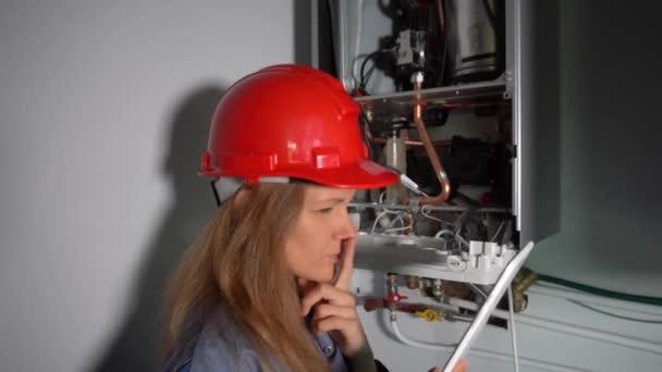 Facharbeiter inspiziert neue Gasheizung in Privathaus