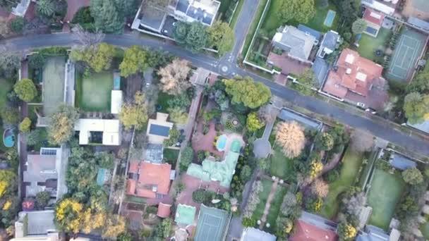 Vzdušné příměstské domy na listnatém předměstí