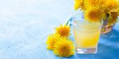Löwenzahntee. Gelbe Sommerblumen Löwenzahn. Tea Party Hausgemachtes Getränk. Zertifizierter Blütentee. Gelber Drink. Ein Artikel über Tees. Artikel über Heißgetränke