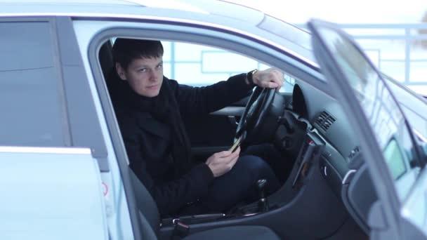 Stylový chlapa v autě