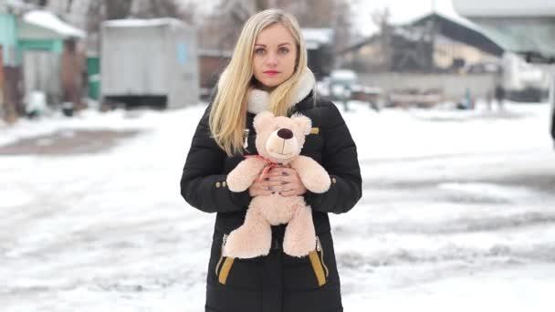 dívka s medvídkem