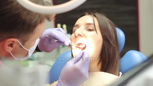 Vyšetření dutiny ústní v zubní klinice
