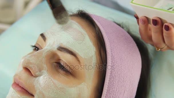 junge Frau in einem Wellnessbereich mit Gesichtsmaske. Frau im Wellness-Salon