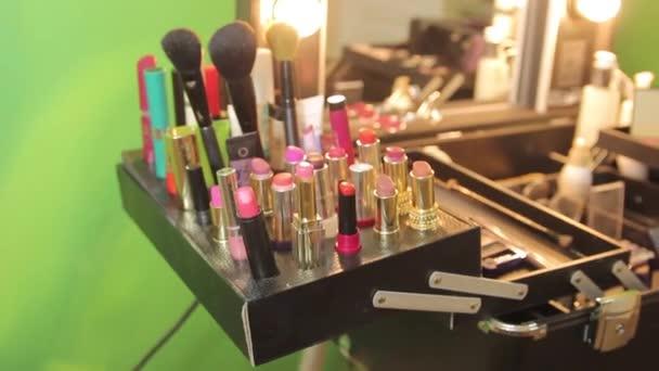 Štětec na make-up a kosmetiku na stůl