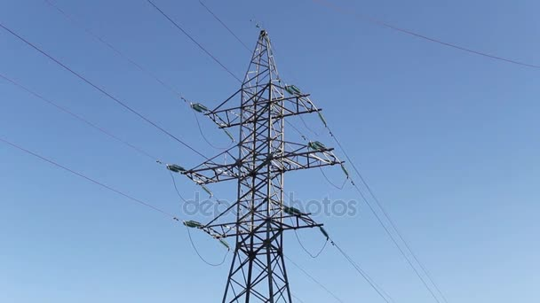 Säulen der Linie electro, gegen den Himmel