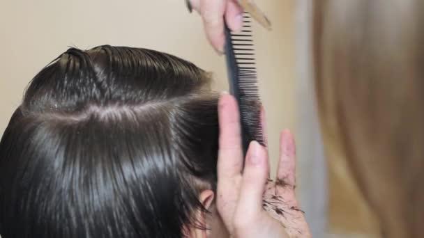 fodrász lány teszi fickó frizura