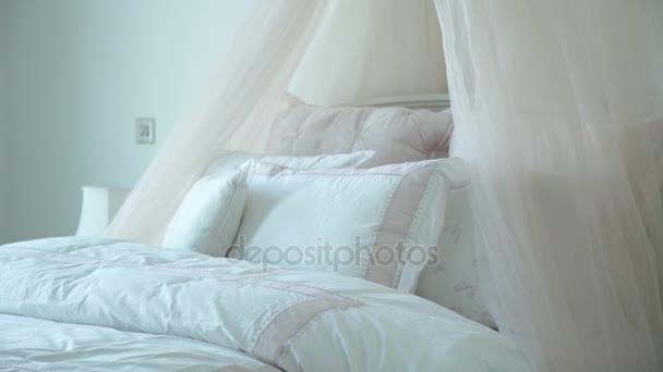 snygga sovrum inredning med vita kuddar på sängen — Stockvideo ...