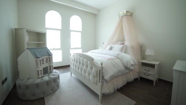 Stilvolle Inneneinrichtung Schlafzimmer mit braun gemusterten Kissen ...