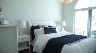 arredamento camera da letto elegante moderno, bianco — Video Stock ...