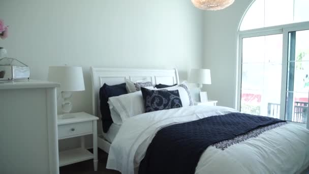 design interiéru stylové ložnice s bílým polštáře na postel