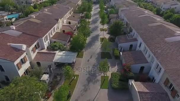 A lakótelep áll, különböző méretű családi házak