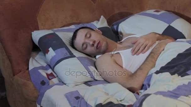 mladý kluk spí v posteli