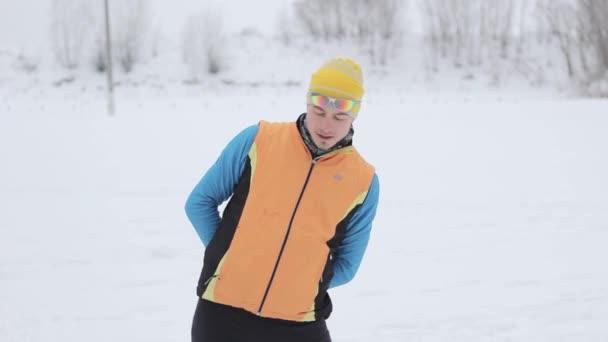 Skifahrer macht Übungen vor dem Check-in