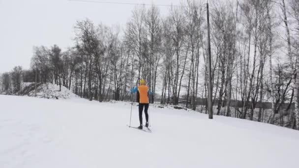 Guy lyžař v zasněženém lese