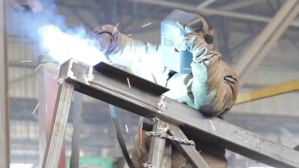 průmyslové dělníky svary kovový rám