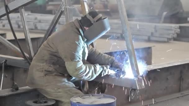 Pracovní svary kovových konstrukcí v továrně