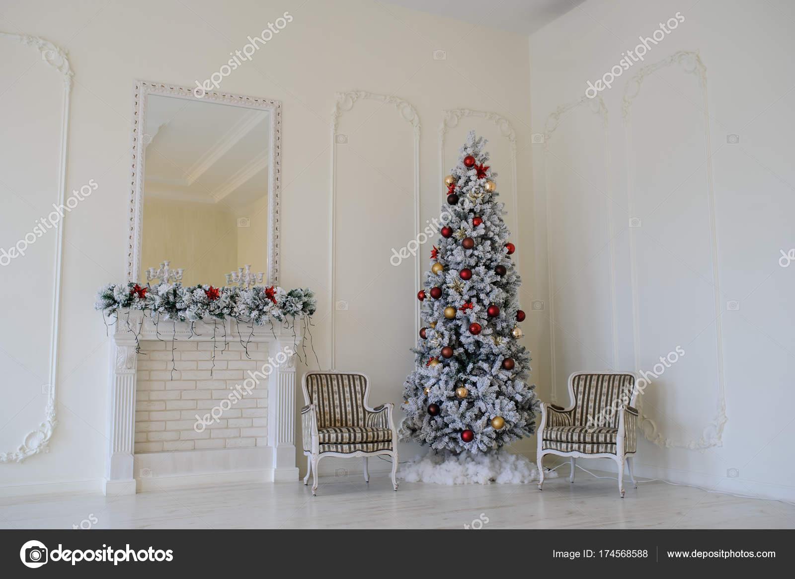 Sedie Decorate Per Natale : Interni in stile moderno del camino con l albero di natale