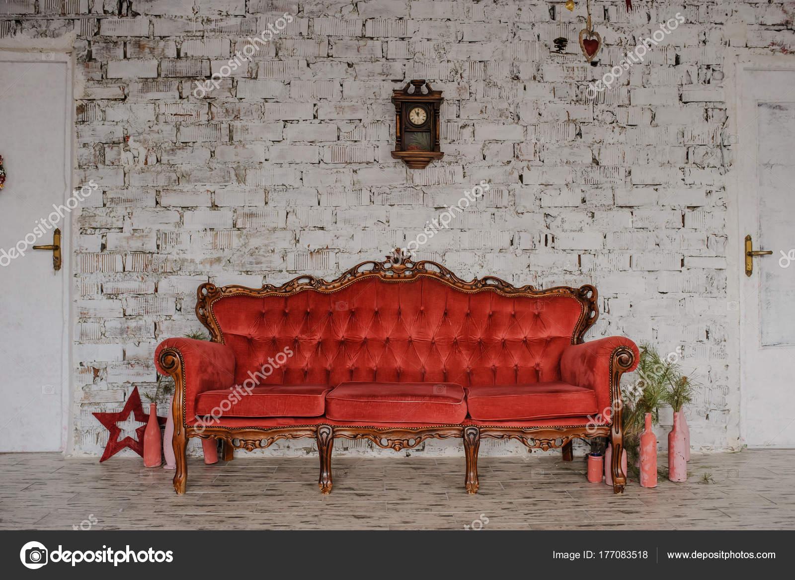 Vintage Royal Rotes Sofa In Einem Raum Stockfoto