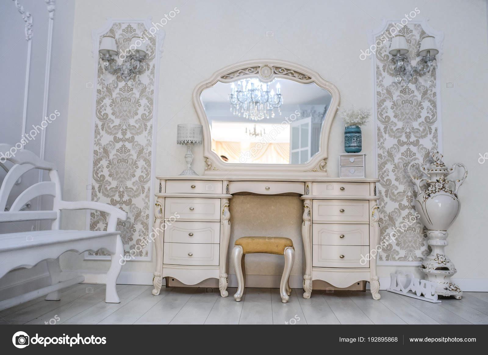 Make Up Stoel : Kamer met stoel en een spiegel voor make up u2014 stockfoto