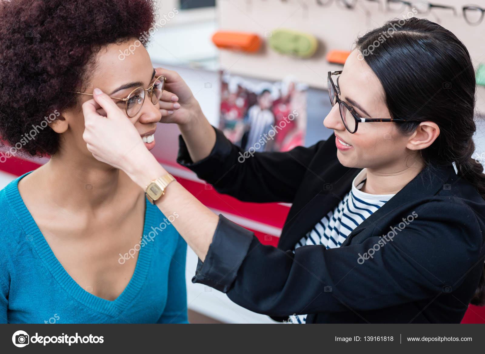 0f9d554f563baa Opticien weergegeven  vrouw nieuwe bril — Stockfoto © Kzenon  139161818