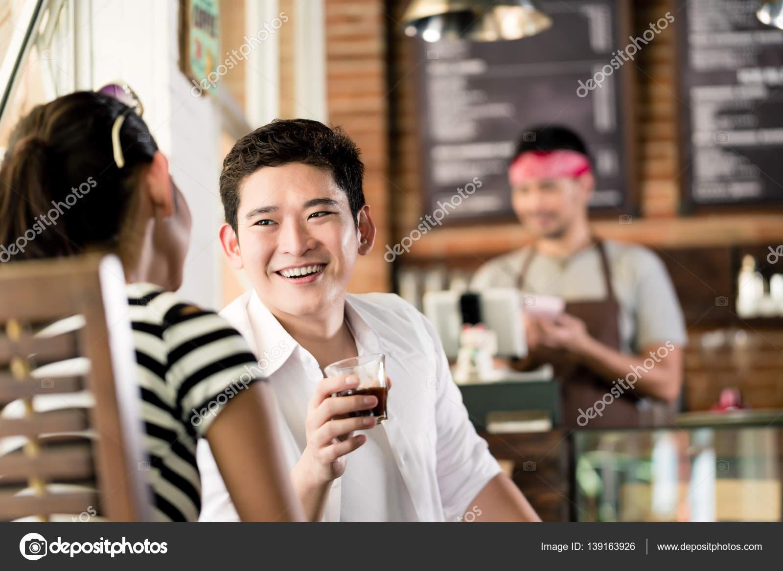 Hogyan flörtölj egy kávé mellett? - motiver.hu