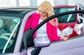 Frau mit Schlüssel zum neuen auto