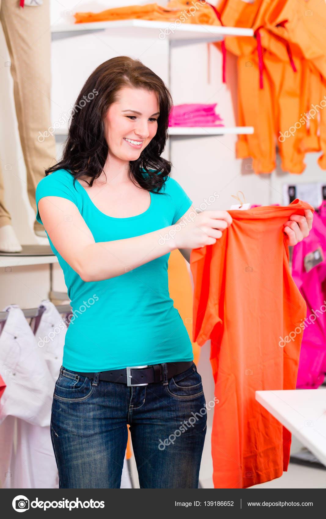 donna shopping vestiti — Foto Stock © Kzenon  139186652 979860c2ed5