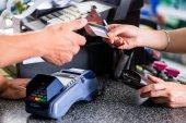 Platba platební kartou na terminálu