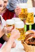 Fotografie Klirrende Gläser mit Bier im bayerischen pub