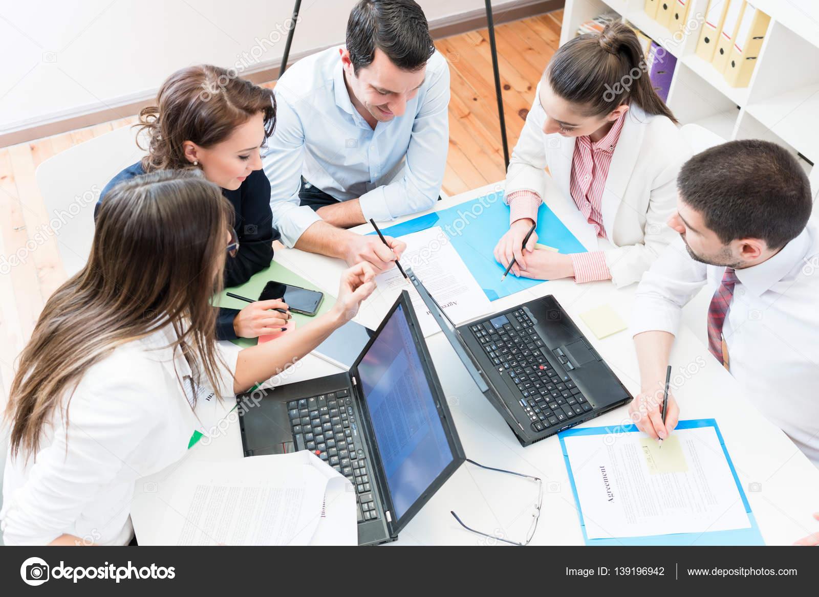 Business-Frauen und Männer im Büro Vertrag aushandeln — Stockfoto ...