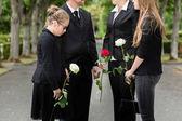 Rodina truchlí na pohřeb na hřbitově
