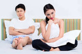 Elidegenedett kínai pár nő elutasítja neki az ember