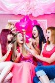 Frauen feiern Junggesellenabschied