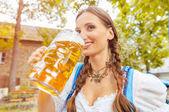 Fotografie Junge Frau, die Bier trinken