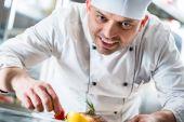 Šéfkuchaře, obloha potraviny na talíři k dokončení pokrmu