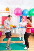 Esercitano di ginnastica di pazienti dando fisioterapista