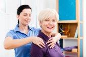 Masáž masérka vyrovnávací krk na starší ženu