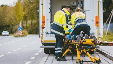 Sağlık görevlisi yaralı kadın yaşam mücadelesi sedye üzerinde