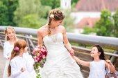 Fényképek Esküvő menyasszony, virág gyerekek kint a kertben