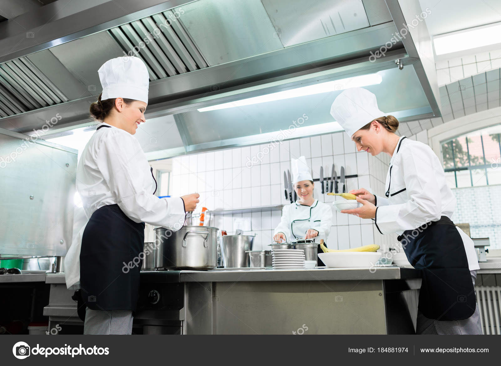 Küchenbrigade in der Gastronomie Küche — Stockfoto © Kzenon #184881974