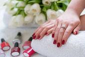 Detail rukou mladé ženy s červeným lesk nehtů jsem