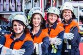 Čtyři hasiči dělá palec