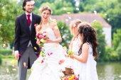Fényképek Pár esküvői és koszorúslány zuhanyozás virágok