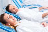 Pár v relaxační místnosti wellness Spa