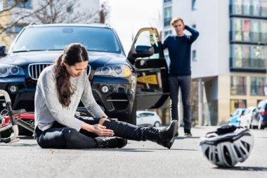 Trafik kazası sonrası ciddi yaralanmalar ile bisikletçi