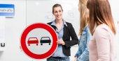Studující v řízení lekcí teorie vysvětlující dopravní situace