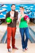 přátel, hraní bowlingu